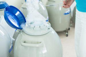 Zamražená embrya případně spermie či vajíčka se takto uchovávají pro další použití.